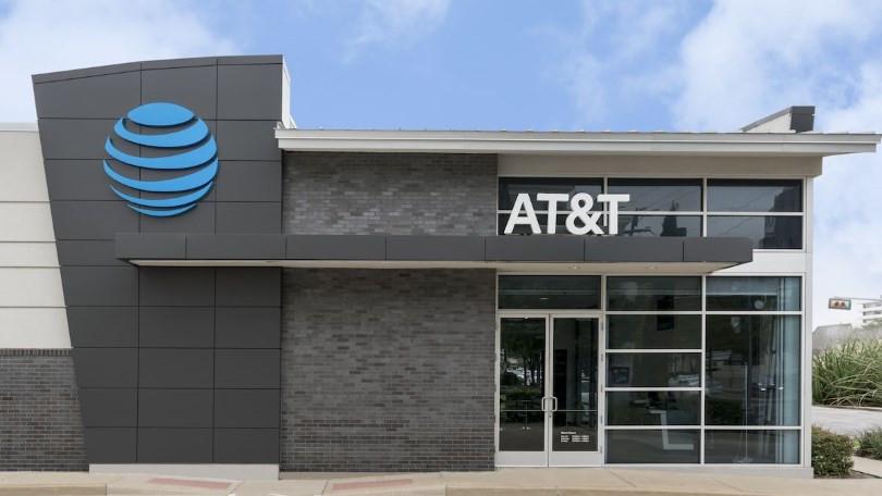 En frente de la tienda AT&T