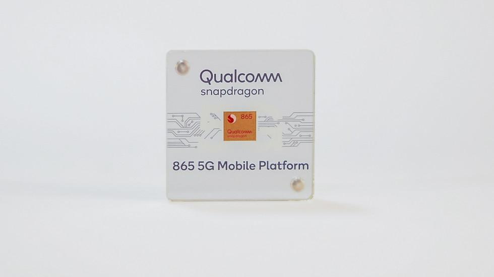 Chip Qualcomm Snapdragon 865 en un estuche