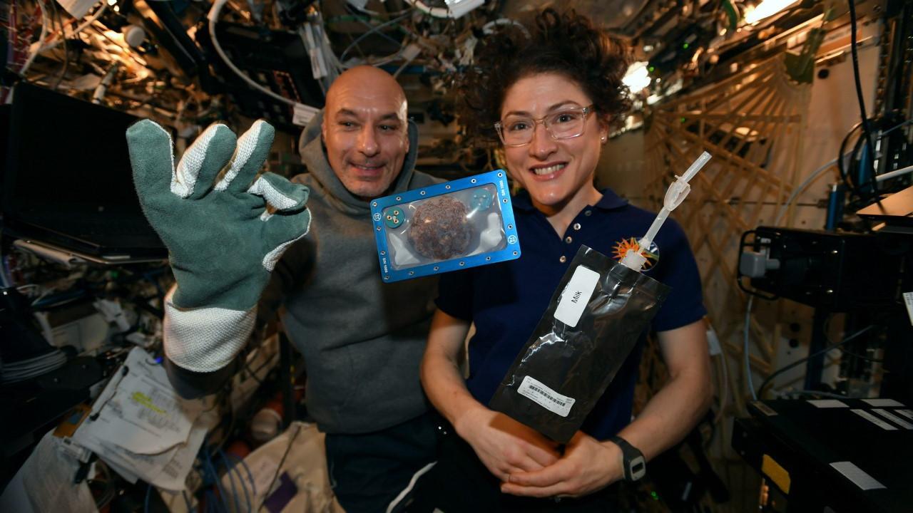 Los astronautas de la ISS preparan galletas espaciales